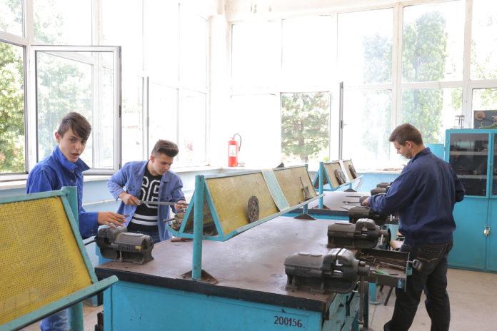 Şcolile profesionale primesc cereri de înfiinţare a noi specializări