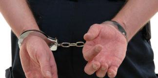 Tineri, reținuți de poliție după ce au furat țigări și coniac dintr-un magazin din Tismana