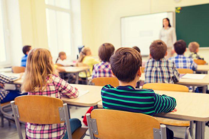 Elevii din învăţământul primar şi preşcolarii se întorc astăzi la cursuri