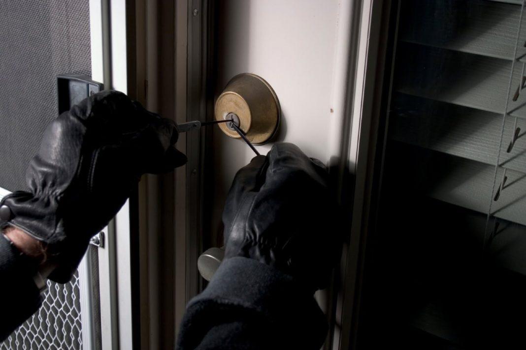 Un bărbat a fost filmat în scara unui bloc din Brazda lui Novac ăn timp ce încerca ușile apartamentelor