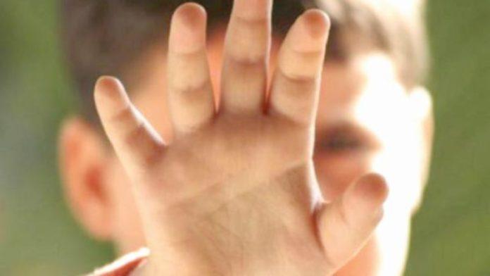 O mamă a sunat la poliție să își salveze fiica de 9 ani din mâinile tatălui care ar fi lovit-o