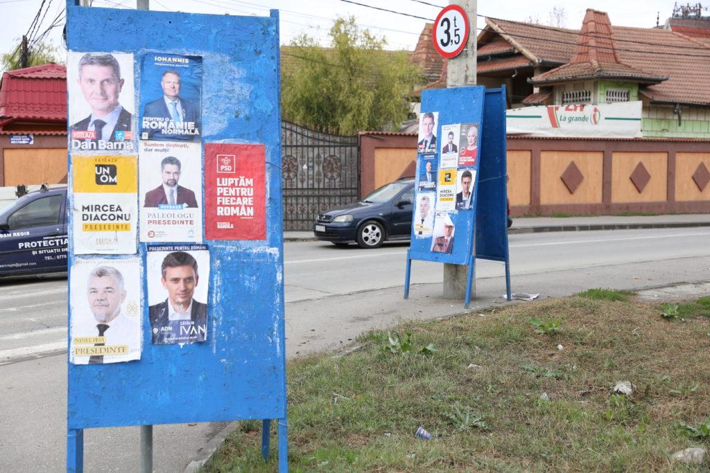 Poliţiştii locali păzesc panourile electorale din Craiova