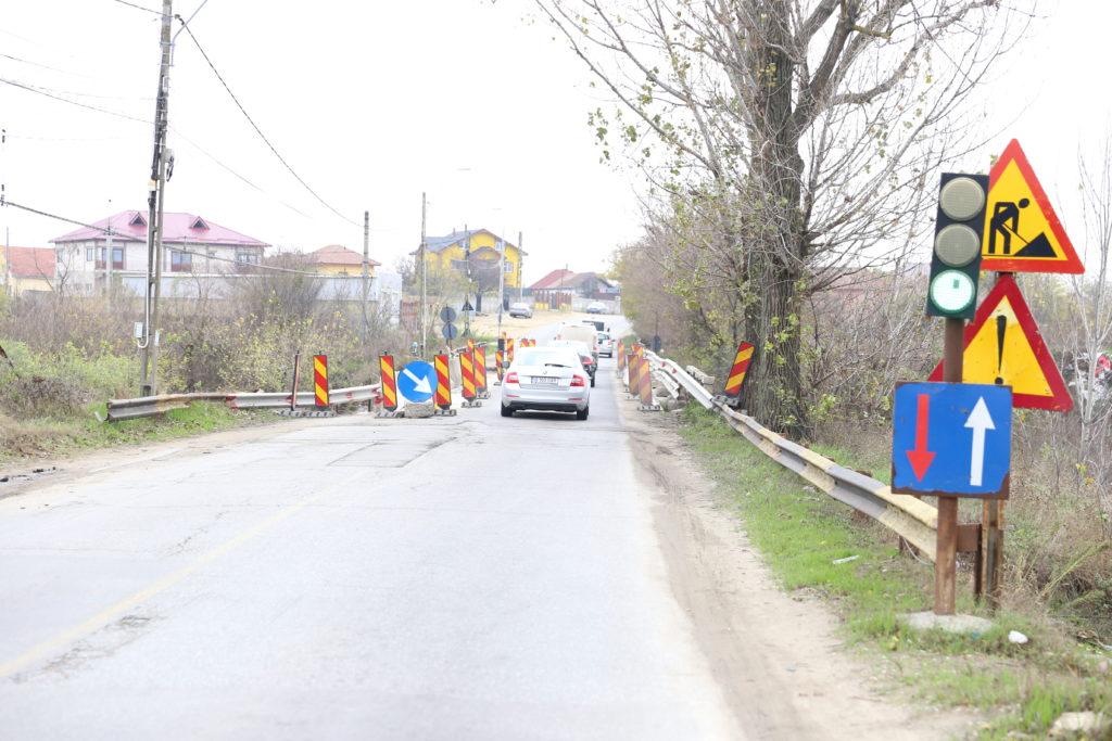 Pe podul de la Malu Mare, aflat la kilometrul 11 al drumului Craiova - Bechet, au fost impuse restricţii de tonaj