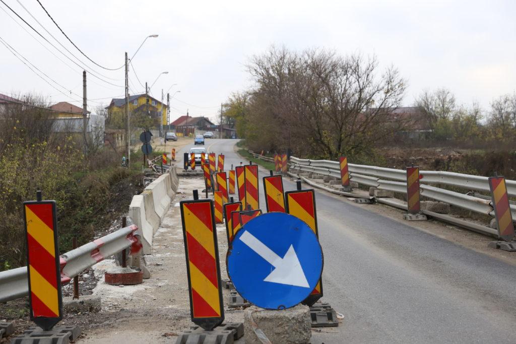 Pe podul de la Malu Mare se circulă alternativ, pe o singură bandă, din august 2016. Constructorul a tergiversat lucrările în fiecare an