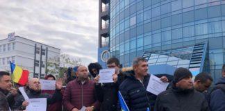 Zeci de persoane protestează în faâa CSM