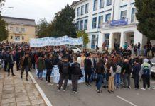 """Sute de elevi au protestat joi în curtea Liceului """"Ştefan Odobleja"""" din Craiova"""