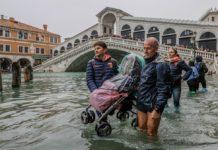 Foto omofon: Venetia, inundată de o maree istorică. Turiştii au fost evecuaţi