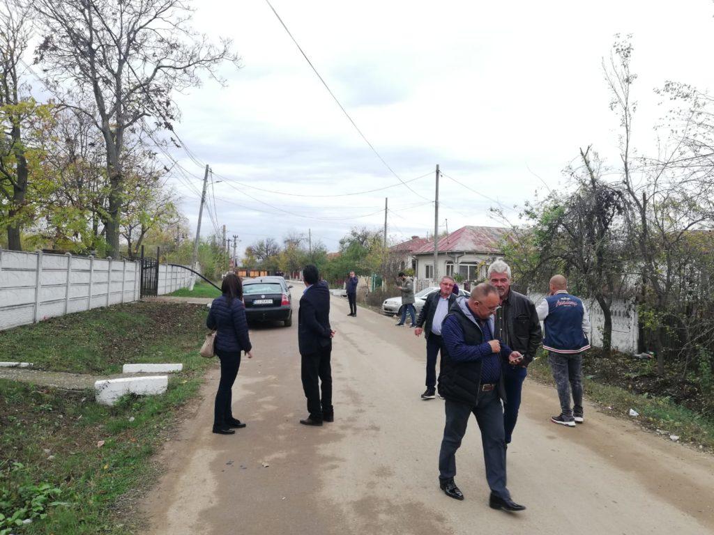 Primarul şi alegătorii, în faţa secţiei de vot de la Coţofenii din Faţă
