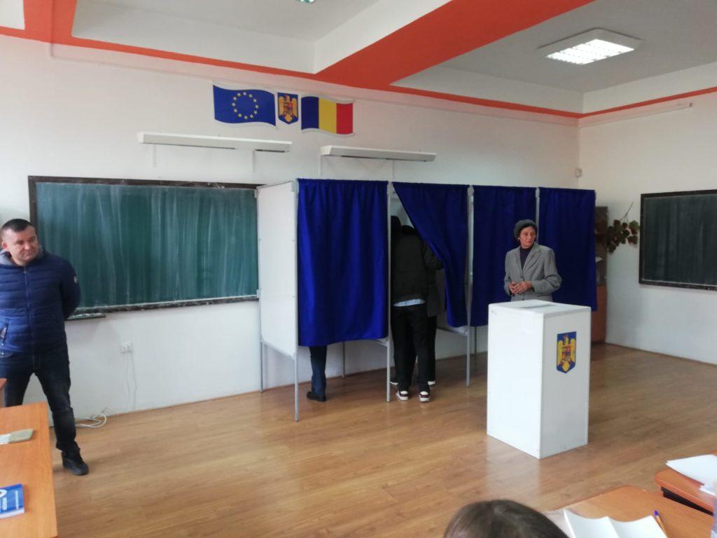 La Işalniţa, o alegătoare a cerut ajutorul pentru a vota, pe motiv că nu au pus becuri în cabină