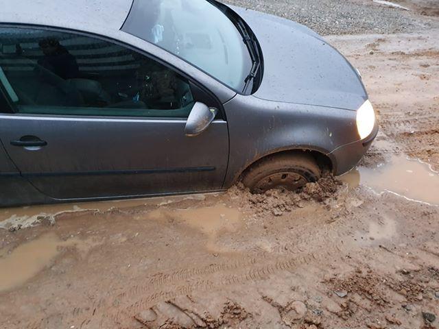 S-a surpat pământul sub o maşină pe strada Tudor Arghezi