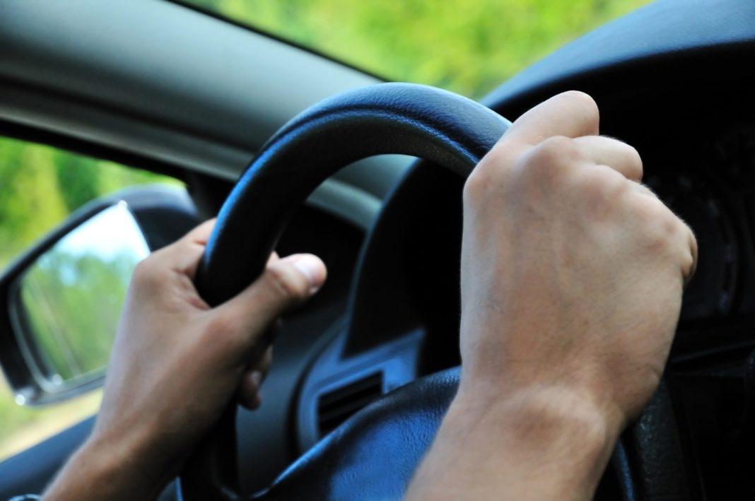 Tânăr de 19 ani, reținut pentru că a pus un minor să-i conducă mașina