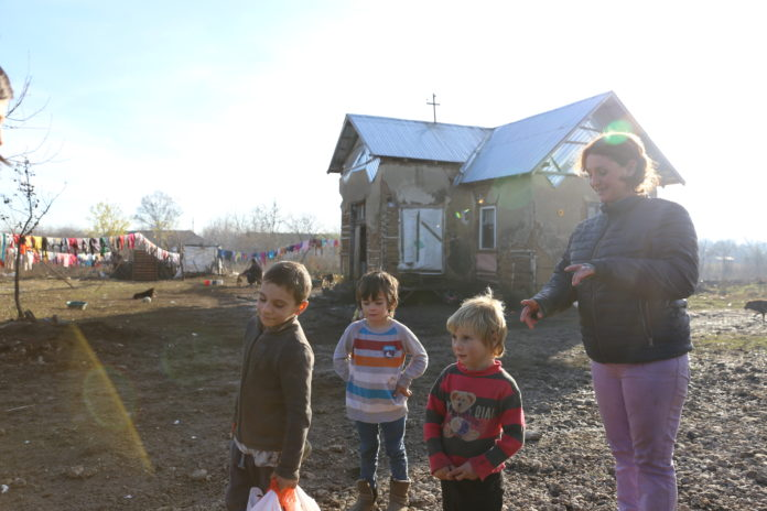 Copii din Perişor, în casă de chirpici