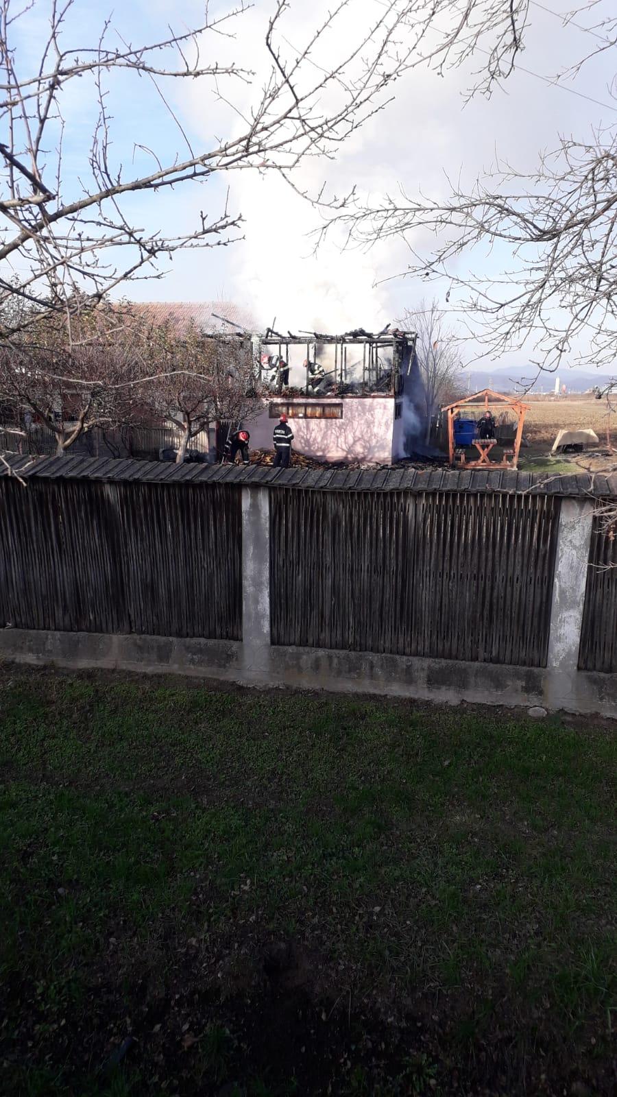 Incendiu puternic la o locuinţă din Munteni