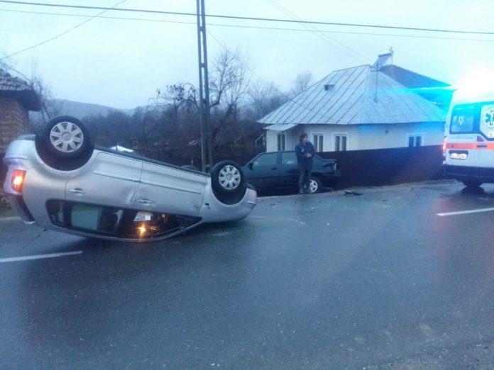 Două autoturisme implicate într-un accident rutier în Glogova