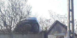 Băut şi fără permis, a urcat maşina pe gard