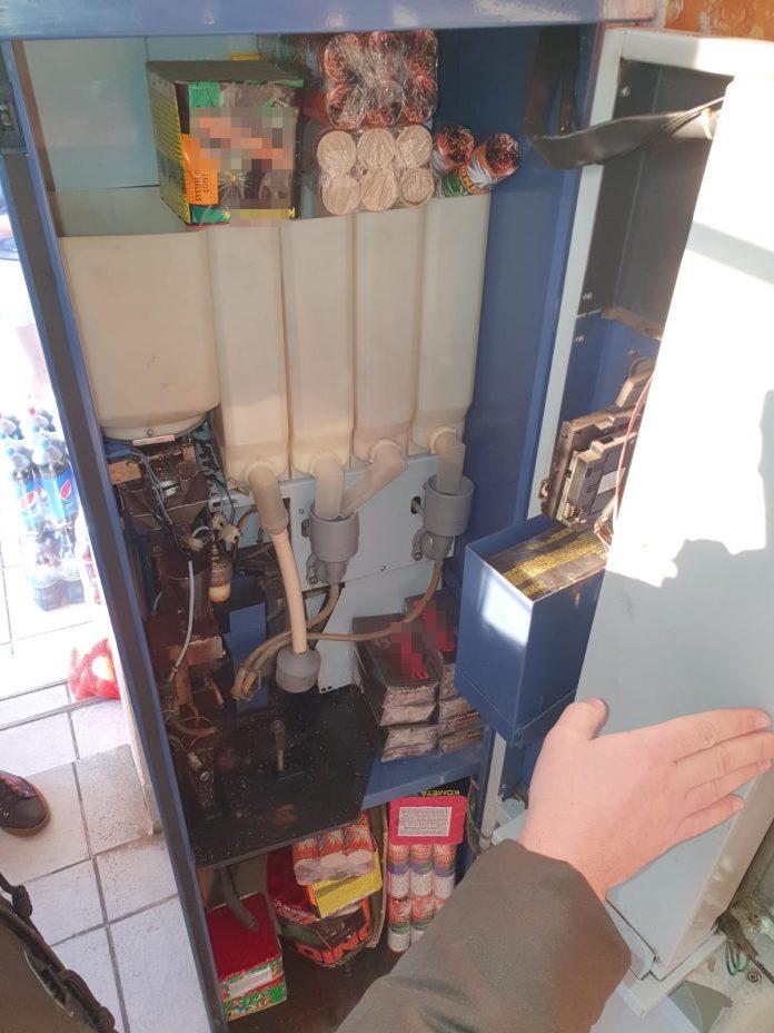 Articole pirotehnice ascunse în aparatul de cafea, la Călimănești