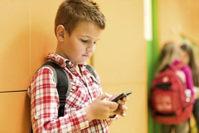 Mai mult de un sfert din elevii din România petrec zilnic șase ore pe telefon
