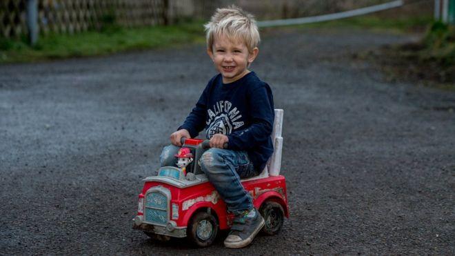 Un băieţel de trei ani a plecat cu camionul de jucărie să caute ajutor pentru tatăl lui