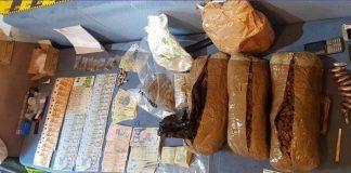 În urma percheziţiilor, anchetatorii au ridicat peste 5 kilograme de canabis