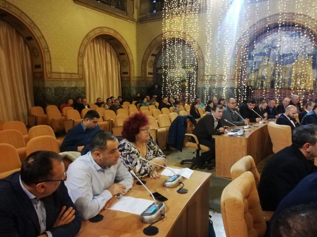 Scandal în CL Craiova. Schimbările de la RAT SRL şi Termo SRL, societăți din subordinea primăriei, au încins spiritele în Consiliul Local.