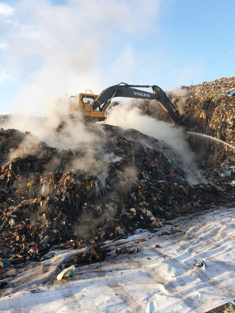 Focul a  cuprins circa 50 de tone de gunoi menajer