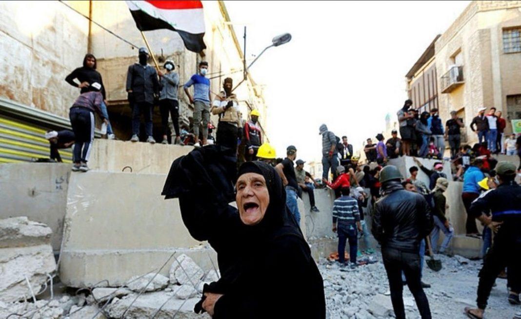 Imagini cu atacul protestatarilor din Bagdad asupra ambasadei SUA.