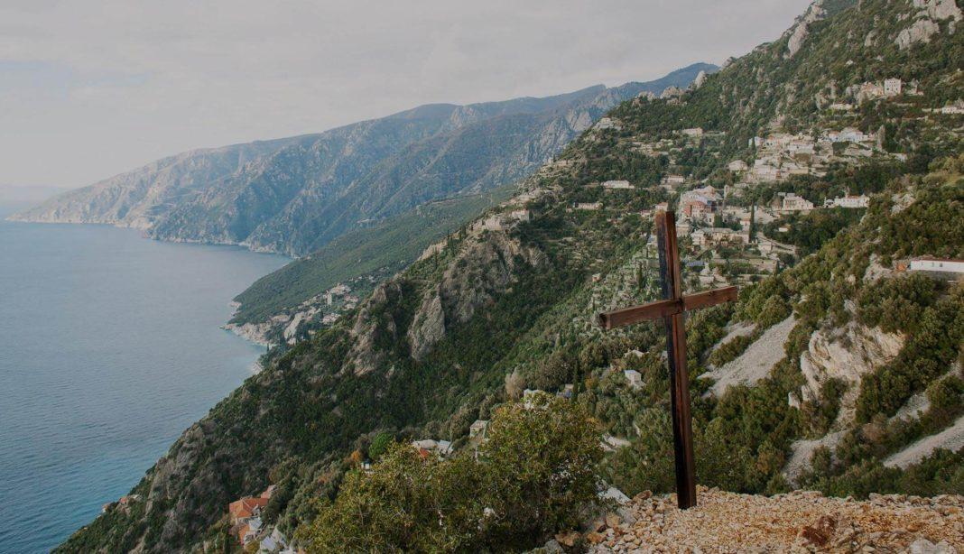 Un tânăr român, găsit mort pe Muntele Athos