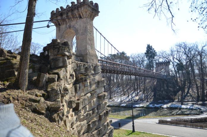 Podul suspendat