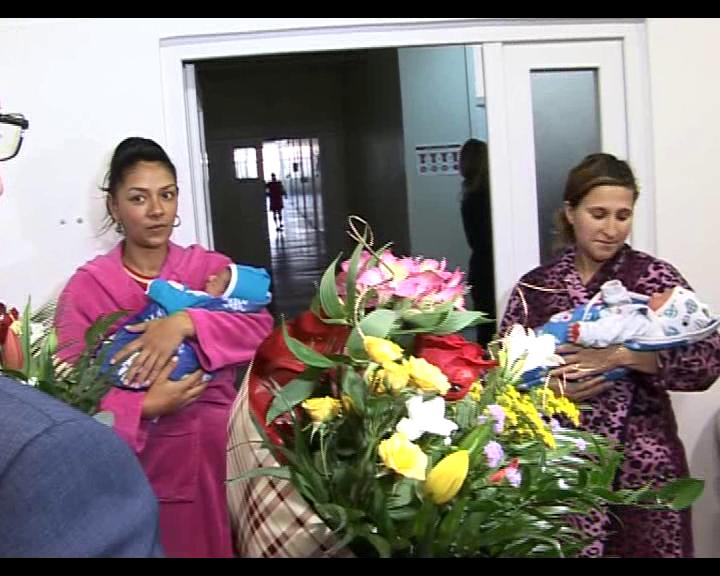 """Trei bebeluși au primit certificate de """"Românași adevărați"""" pentru că s-au născut de Ziua Națională"""