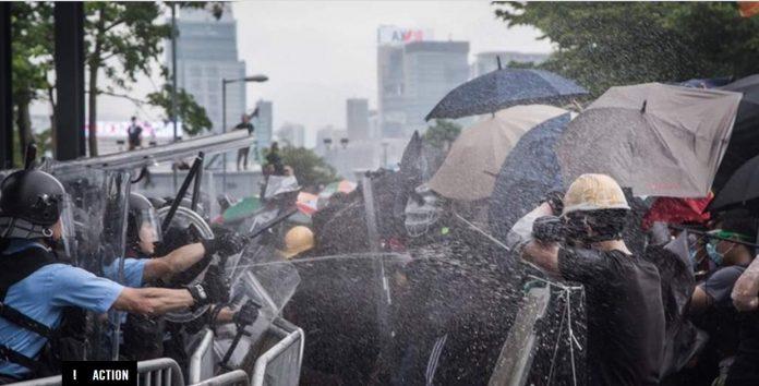 Gaze lacrimogene pentru protestatarii din Hong Kong
