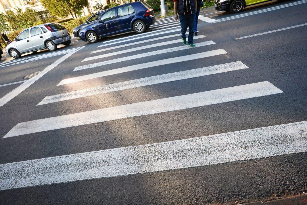 O femeie de 56 de ani, din Craiova, a fost lovită, în urmă cu puţin timp, pe trecerea de pietoni de pe strada George Enescu de un şofer neatent