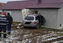O tânără a distrus peretele unui imobil, după un accident rutier