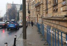 Se restricţionează accesul pietonilor pe trotuarul de la C.N. Carol I