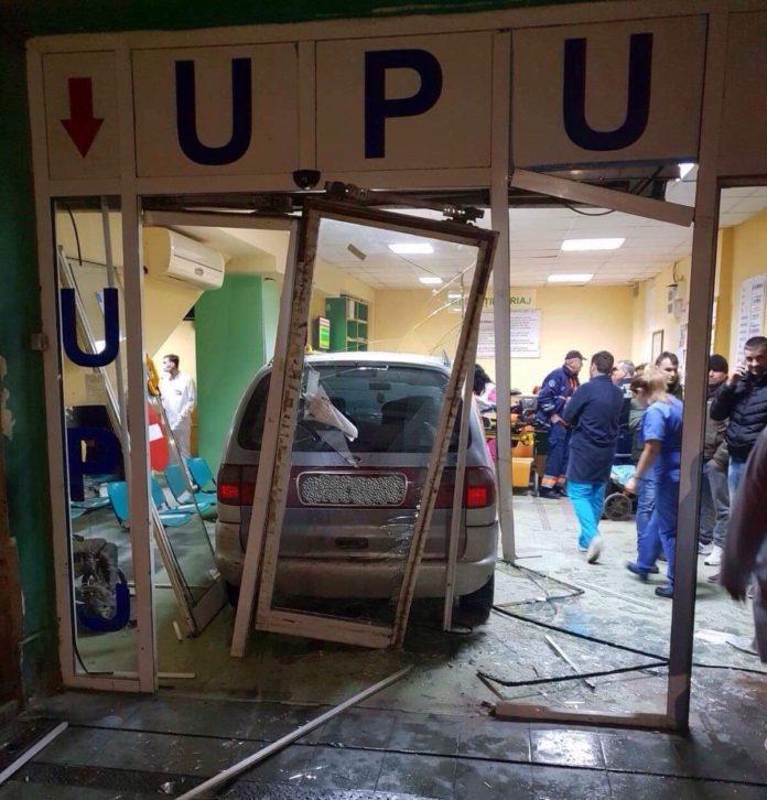 Maşina a trecut prin uşile UPU şi s-a oprit după ce a lovit un stâlp de susţinere.