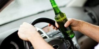 Un șofer băut a sunat singur la poliție după ce a intrat cu mașina într-un șanț