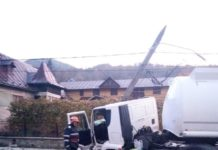 Accident între un microbuz cu muncitori şi o autocisternă în Prahova