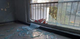 Tinerii ar fi distrus trei geamuri de la casa scării
