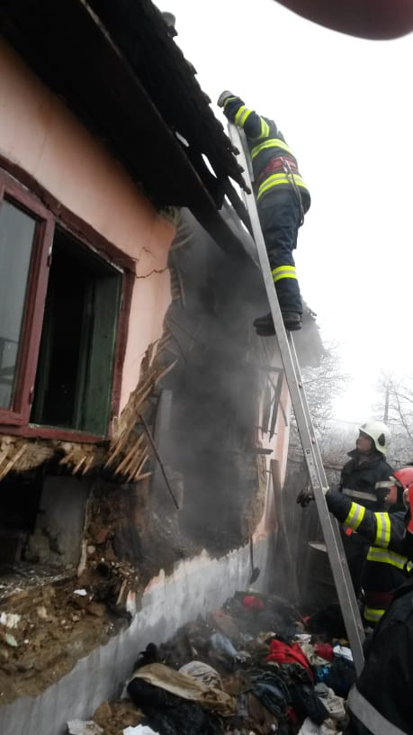 Două echipaje de pompieri din cadrul Gărzii de Intevenţie Baia de Aramă au intervenit