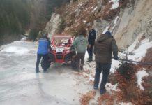 Trei turiști au rămas blocați pe un drum forestier acoperit de gheață, în Gorj