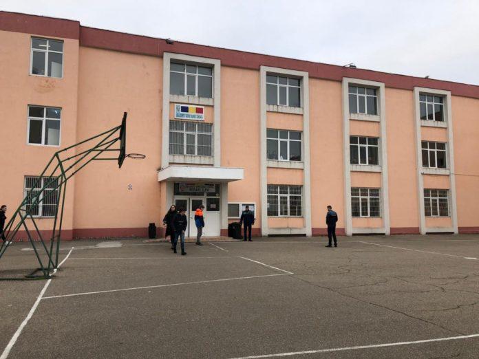 """Un elev de 12 ani, al Liceului """"George Călinescu"""" din Constanța, s-a aruncat de la etajul II al şcolii"""