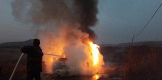 Reţinuţi pentru că au incendiat un autoturism