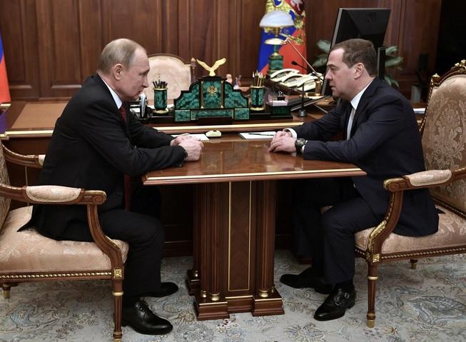 Premierul Dmitri Medvedev şi liderulu de la Kremlin, Vladimir Putin