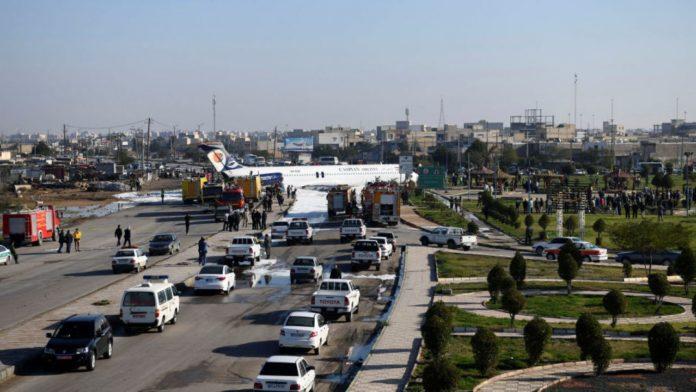 Un avion a ratat pista şi a aterizat pe o autostradă din Iran