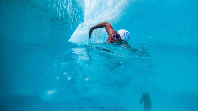 Lewis Pugh a înotat pe sub banchiza de gheață din estul Antarcticii