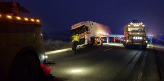 Traficul rutier a fost blocat pentru repunerea pe carosabil a unui autotren