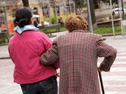 O româncă, timisă în judecată după ce a maltrat o bătrână