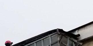 Pompierii au îndepărtat un balcon care s-ar fi putut prăbuși peste trecători, la Rovinari