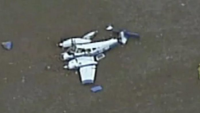 Două avioane s-au ciocnit în aer apoi s-au prăbuşit