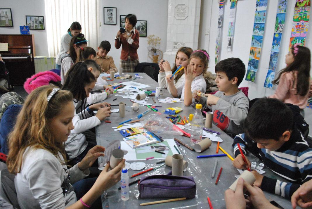 """Copiii, muzica și satul aduc """"Aripi de lumină"""" în Galeriile """"Cromatic"""""""