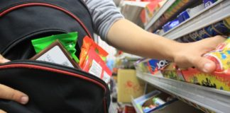 Adolescentă, prinsă la furat de alimente într-un supermarket din Târgu Jiu